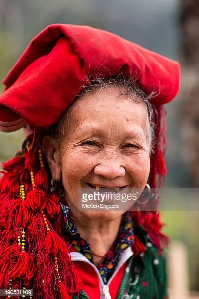 portrait of red dao senior woman - merten snijders photos et images de collection