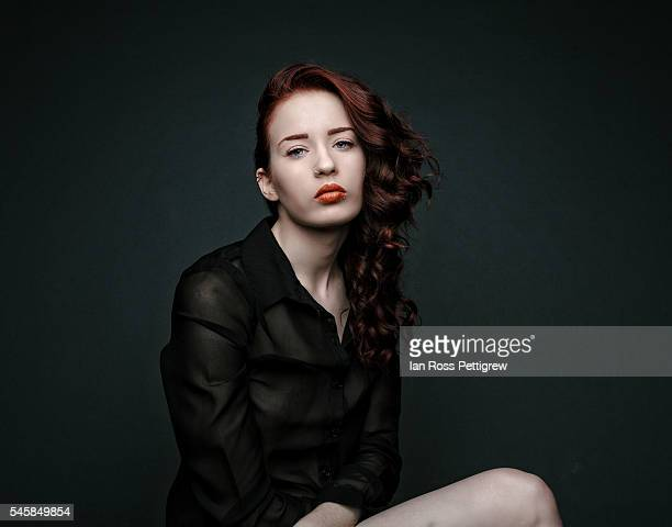 portrait of red haired model - brustwarze stock-fotos und bilder