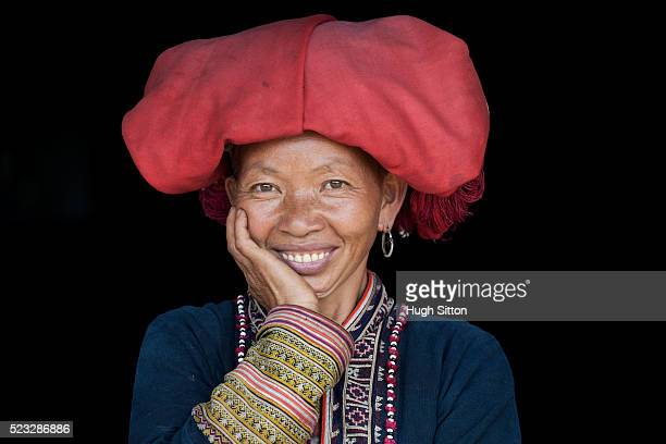 portrait of red zao tribeswoman. sapa. vietnam. - hugh sitton stockfoto's en -beelden