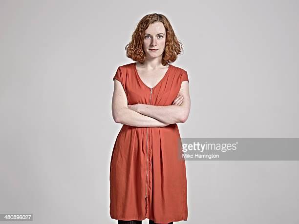 portrait of red-headed woman with arms folded. - en manches courtes photos et images de collection