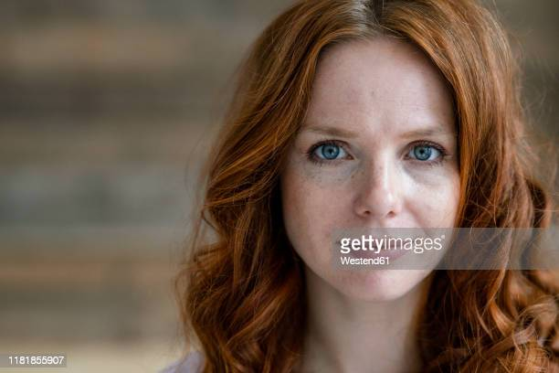 portrait of redheaded woman with freckles - close up stock-fotos und bilder