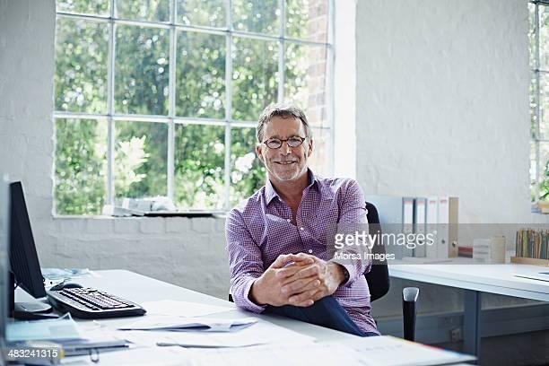 portrait of relaxed business man - 60 64 jaar stockfoto's en -beelden