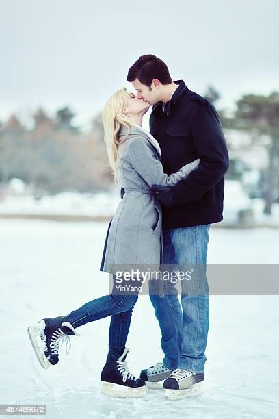 Porträt von romantisch Junges Paar im Winter eislaufen im Freien