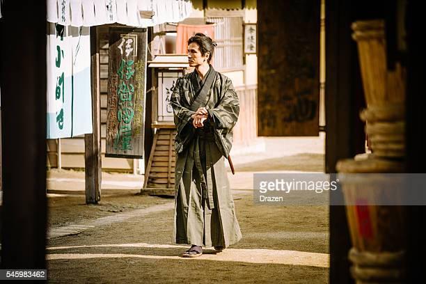 Retrato de samurai em aldeia tradicional japonês