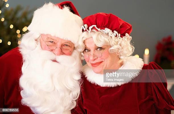 portrait of santa and mrs. claus - mamma natale foto e immagini stock