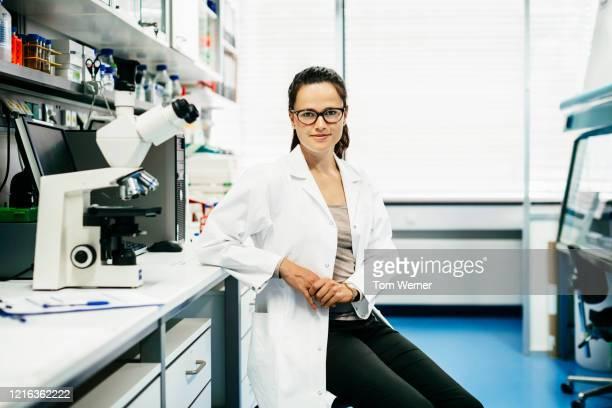 portrait of scientist in laboratory - wissenschaftlerin stock-fotos und bilder