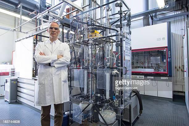 portrait of scientist with lab equipment and machinery - sigrid gombert stock-fotos und bilder