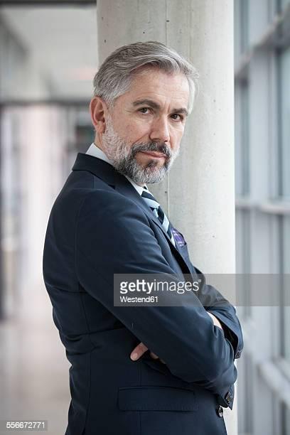 portrait of self-confident businessman - tourner photos et images de collection