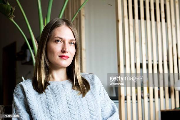 portrait of self-confident woman - bestimmtheit stock-fotos und bilder
