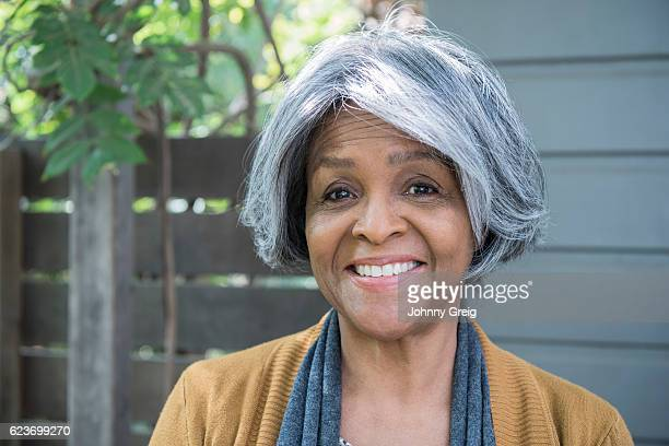 Retrato de mujer afroamericana senior Sonriendo