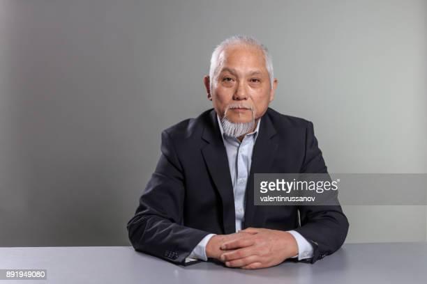 アジア系の上級ビジネスマンの肖像画 - 最高経営責任者 ストックフォトと画像