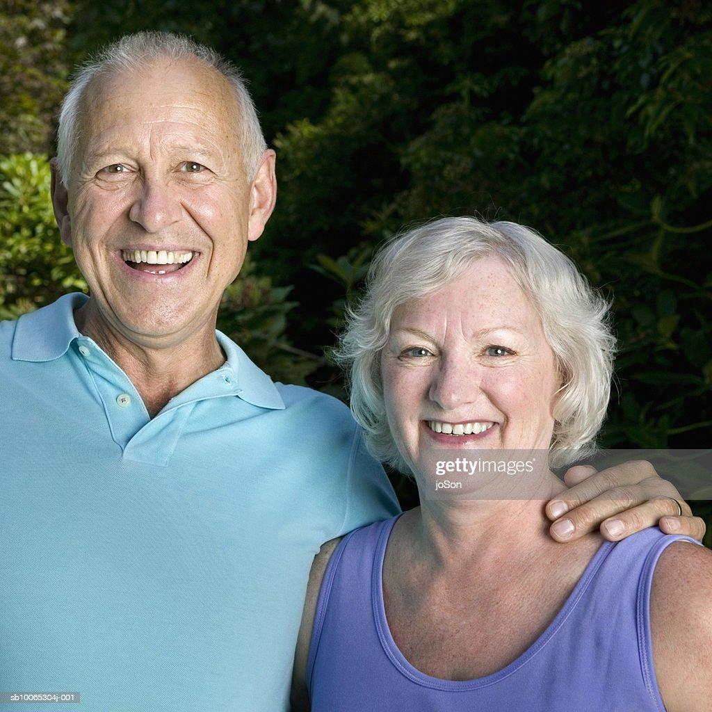 Portrait of senior couple in garden, smiling : Foto stock