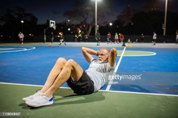 Ritratto di uomo latino anziano che si esercita la sera