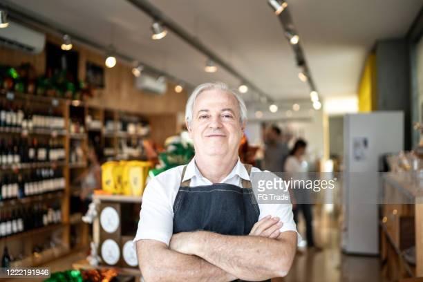 retrato do empresário sênior do notode da vinícola - convenience store - fotografias e filmes do acervo