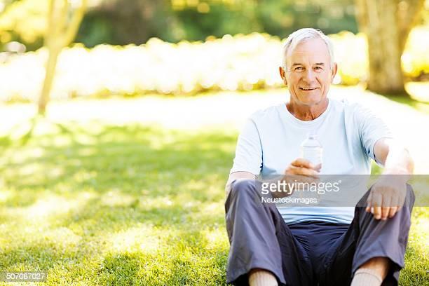 Porträt von Senior Mann mit Wasser nach dem Training.