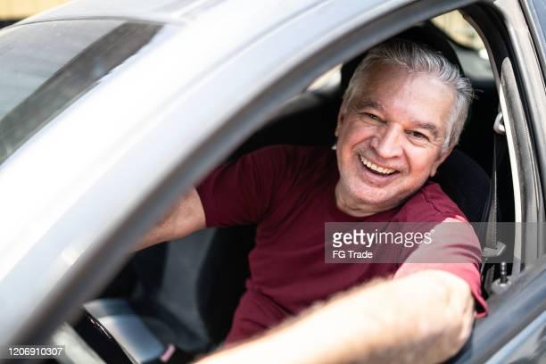 portret van hogere mens binnen een auto - alleen één man stockfoto's en -beelden