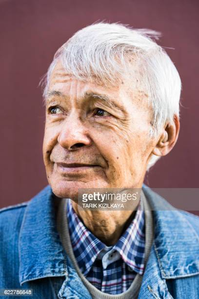 portrait of senior man, looking away - lentigo fotografías e imágenes de stock