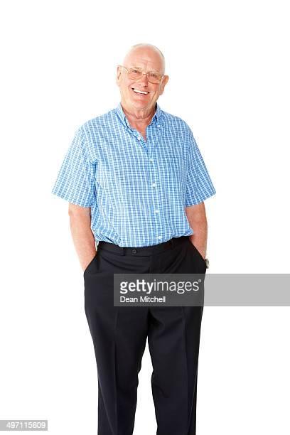 Retrato de hombre senior feliz mirando