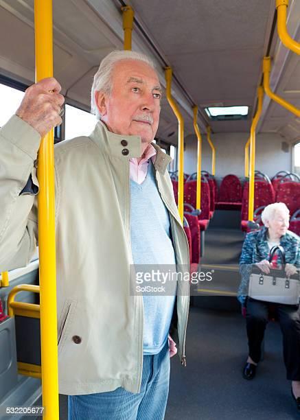 Porträt von Senior Mann auf Bus