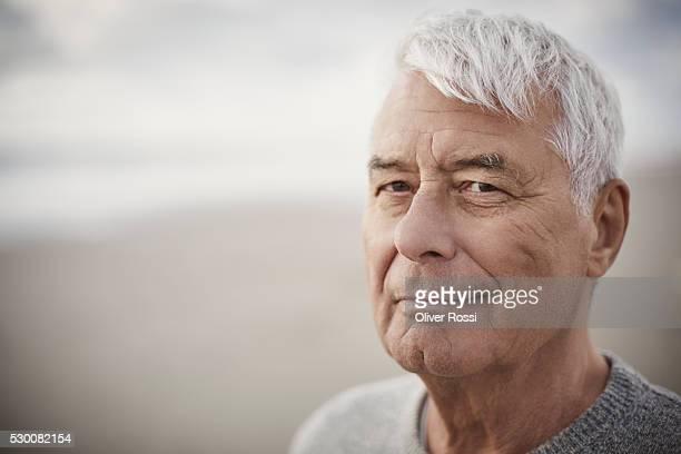 portrait of senior man on the beach - uomini anziani foto e immagini stock