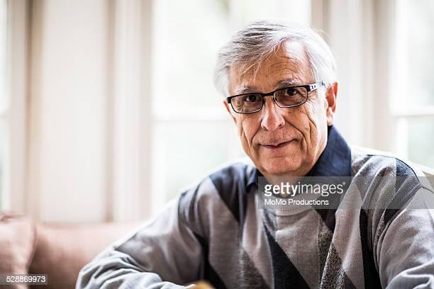 portrait of senior man - 65 69 ans photos et images de collection