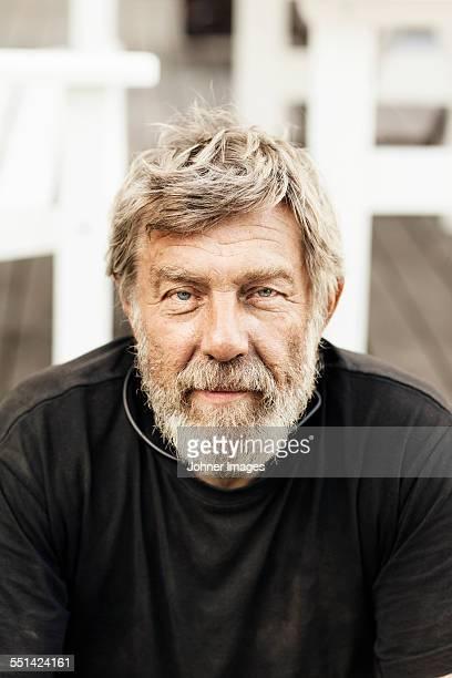 portrait of senior man - oberkörperaufnahme stock-fotos und bilder