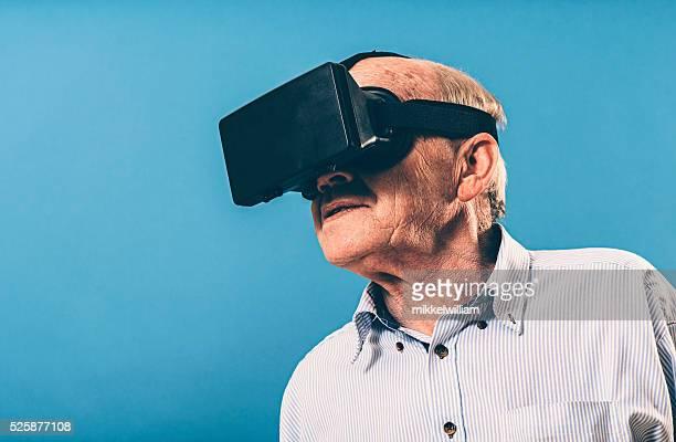 Porträt von senior Mann, der trägt, virtuelle Realität Gläser