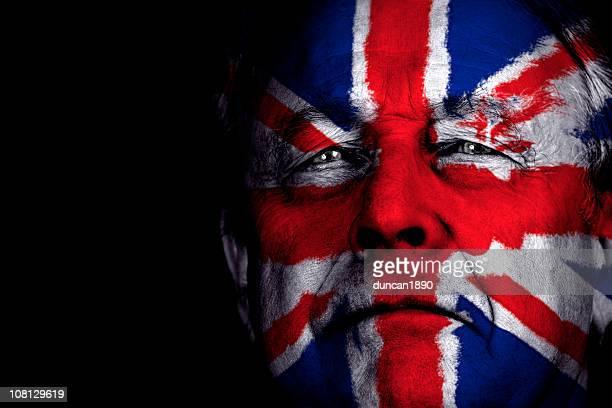 portrait d'homme senior avec visage peint le drapeau du royaume-uni - culture européenne photos et images de collection