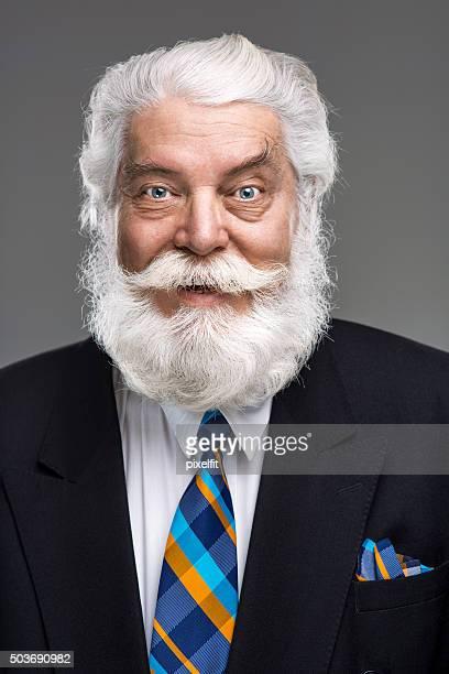 Portrait de senior homme avec barbe et de la moustache souriante
