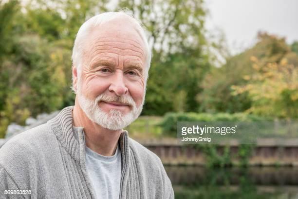 Porträt der ältere Mann mit weißem Haar und Bart zu Lächeln