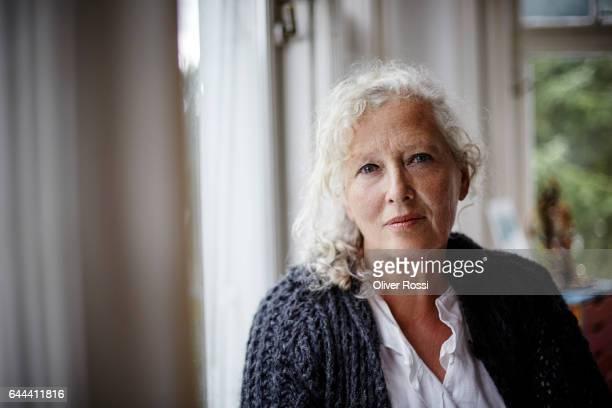 portrait of senior woman at home - 60 64 años fotografías e imágenes de stock