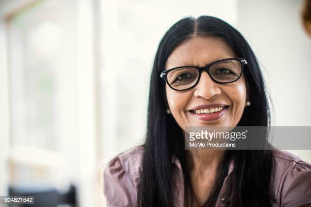portrait of senior woman at home - femme indienne photos et images de collection