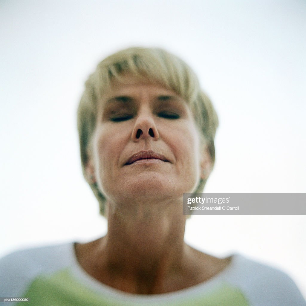 Portrait of senior woman, eyes shut : Stockfoto
