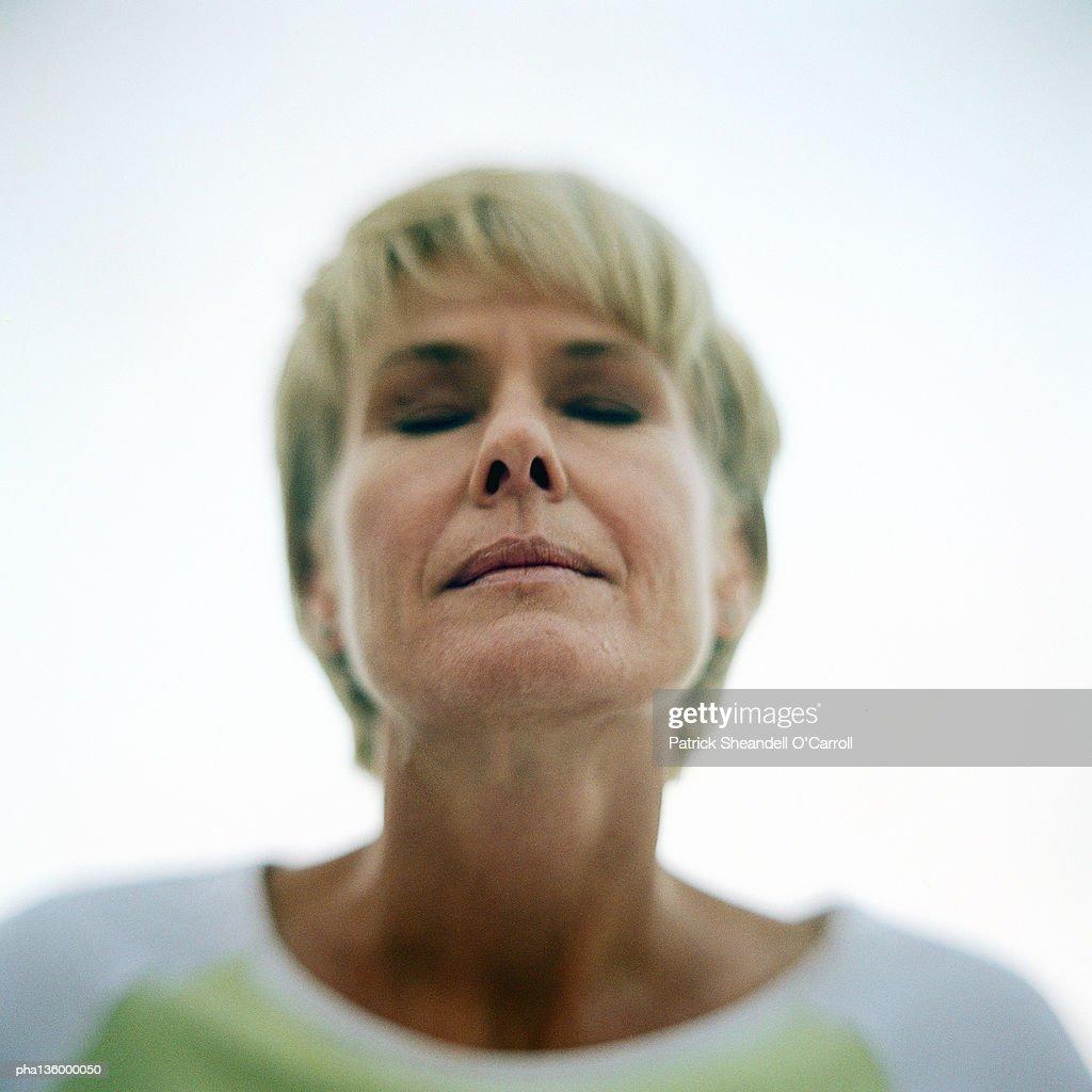 Portrait of senior woman, eyes shut : Foto de stock