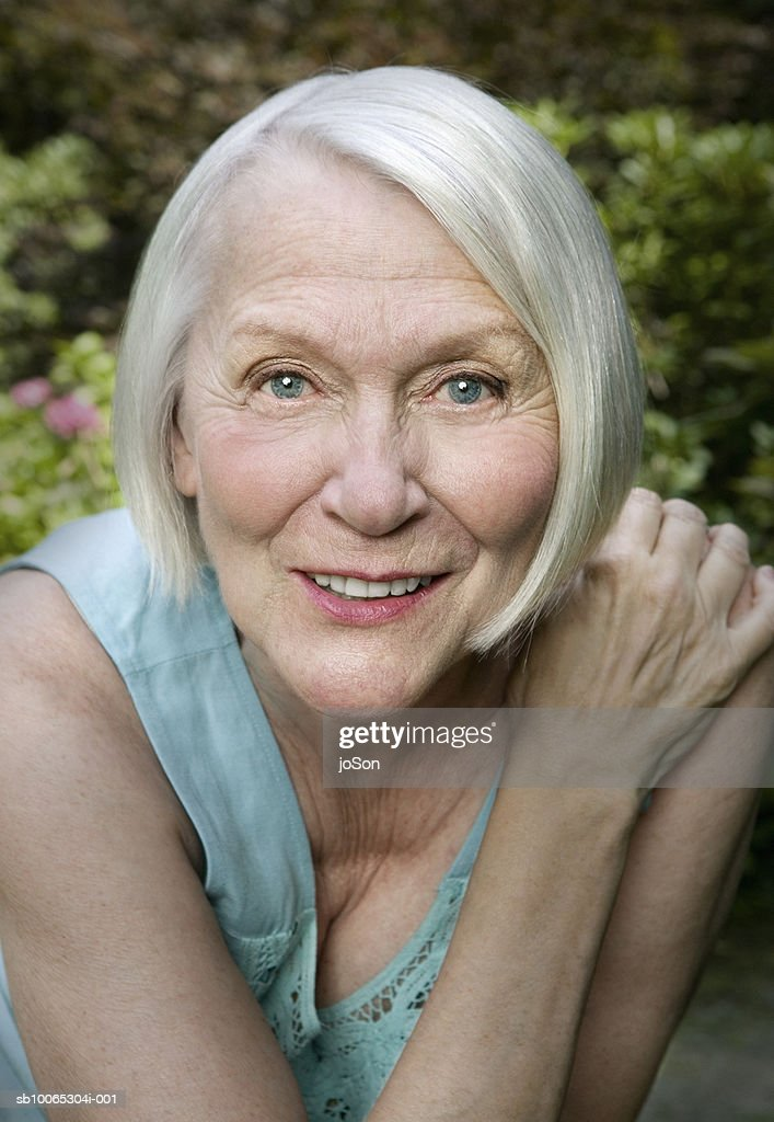 Portrait of senior woman in garden : Foto stock