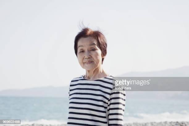 彼女の 80 年代に年配の女性の肖像画 - 80代 ストックフォトと画像