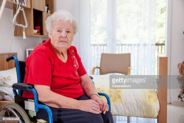 特別養護老人ホームに彼女の寝室で高齢女性の肖像