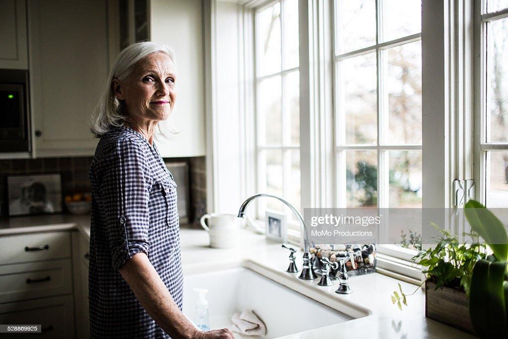 portrait of senior woman in kitchen : Stockfoto