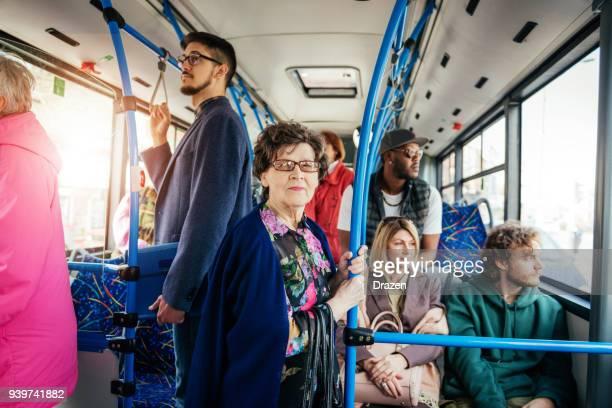 Portret van senior vrouw in het openbaar vervoer