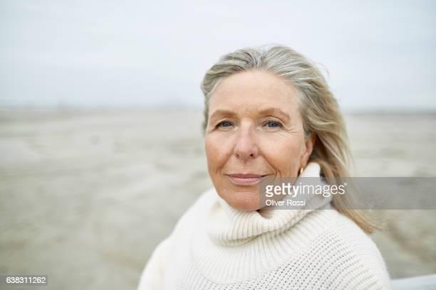 portrait of senior woman on the beach - 60 64 jahre stock-fotos und bilder
