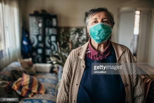 porträtt av äldre kvinna bär ansiktsmask - munskydd ensam bildbanksfoton och bilder