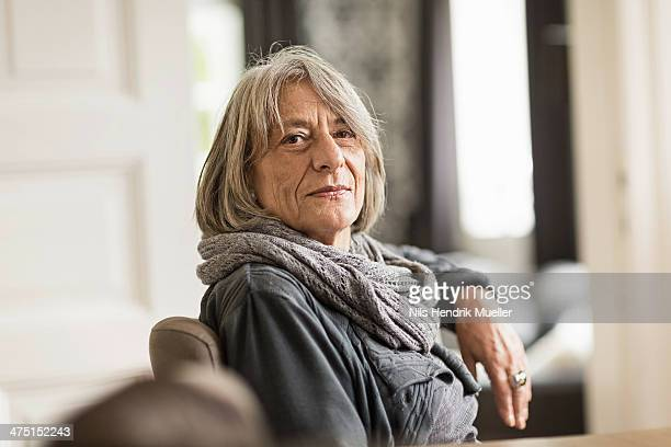 portrait of senior woman with grey hair wearing scarf - 65 69 ans photos et images de collection