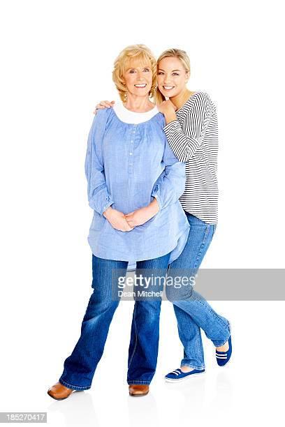 Retrato de mujer senior con su hermosa joven hija