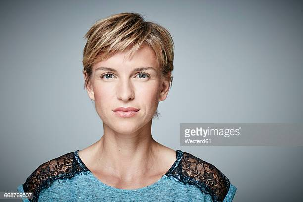 portrait of serious blond woman - 短毛 個照片及圖片檔