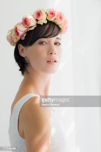 Retrato de pareja usando graves rose corona en la cabeza