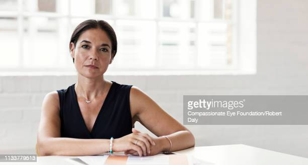 portrait of serious businesswoman in office - sério - fotografias e filmes do acervo