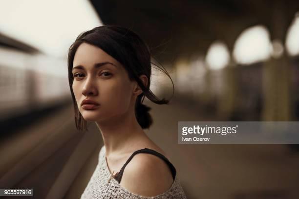portrait of serious caucasian woman at train station - tristeza imagens e fotografias de stock