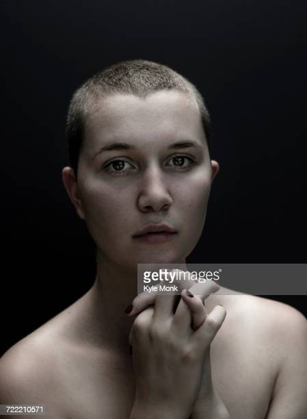 portrait of serious caucasian woman with shaved-head and hands clasped - cabeça raspada imagens e fotografias de stock