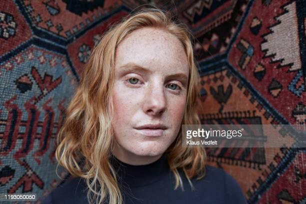 portrait of serious female against patterned wall - yeux gris photos et images de collection