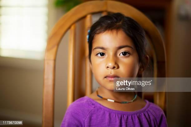portrait of serious girl - alleen één meisje stockfoto's en -beelden